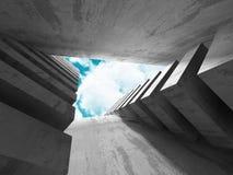Konkret arkitekturväggkonstruktion på bakgrund för molnig himmel Fotografering för Bildbyråer