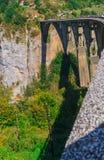 Konkret bågebro Durdevitsa-Tara över den Tara flodkanjonen i Montenegro September 2018 royaltyfri bild
