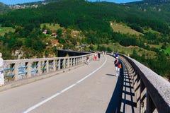 Konkret bågebro Durdevitsa-Tara över den Tara flodkanjonen i Montenegro September 2018 arkivbilder