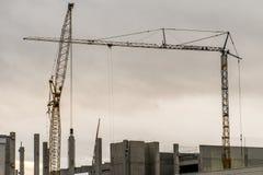 Konkret bakgrund för molnig himmel för kran för plats för konstruktionsgårdbyggnad arkivbilder