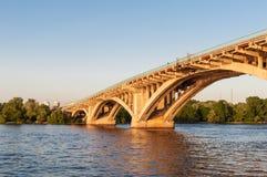 Konkret bro över en flod på solnedgången Arkivfoton