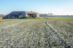 Konkret bunker nära den holländska byn av Koudekerke royaltyfri bild
