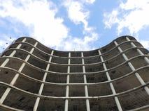 Konkret byggnad under konstruktion med blå himmel i bakgrund Arkivbild