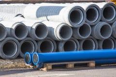 Konkret dräneringavklopp, avloppsrännarör för industribyggnadkonstruktion arkivfoton