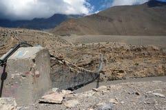 Konkret fästande av den fot- upphängningbron över Kali Gandaki River Royaltyfri Bild