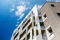 Konkret fasad för aluminium och aluminum paneler mot himmel Royaltyfri Fotografi