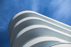 Konkret fasad för vit under blå molnig himmel arkivbild