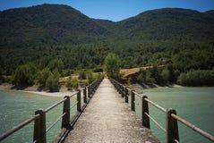 Konkret fot- bro över en fjärd bland gröna kullar royaltyfri bild