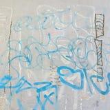 Konkret grafittivägg med skalad målarfärg och rev sönder annonser Royaltyfri Foto