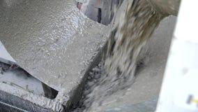 konkret hälla Blandande mortel för byggnadsarbetare Hällande konkret blandning från cementblandare Konstruktionsprocessen lager videofilmer