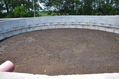 Konkret kompost för gödsel på en lantgård royaltyfri fotografi