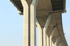 Konkret konstruktion under den Bhumibol bron, Bangkok, Thailand på bakgrund för blå himmel Arkivbilder
