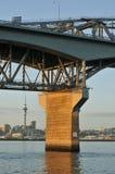 Konkret pelare av den Auckland hamnbron Arkivfoton