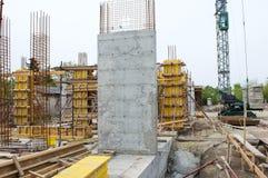 Konkret pelare på konstruktionsplatsen Arkivfoto