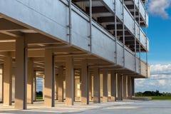 Konkret pelare under byggnaden med solljus arkivbild