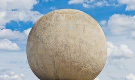 Konkret sfär mot en himmelbakgrund Arkivfoton