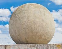 Konkret sfär mot en himmelbakgrund Arkivfoto