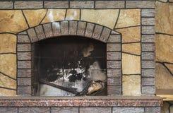Konkret smutsig spis med rest av askaen efter trävedträt som bränns i spis royaltyfria bilder