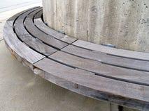 konkret stads- trä för bänk Royaltyfria Bilder