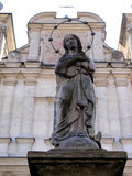 Konkret staty av vår dam framme av kyrkan av St Franci Arkivfoto