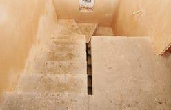 Konkret struktur för trappuppgångcement i bostads- husbyggnad, under konstruktion oavslutad trappuppgång under konstruktion Royaltyfri Foto
