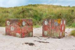 Konkret tärning på strandremsan nära Bamburgh England arkivbild