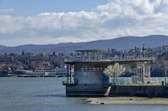 Konkret torn - utrustning av den pittoreska fördämningen, hopsamlingvatten av den Iskar floden royaltyfri foto