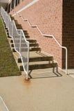 Konkret trappa med stålräcket Arkivbilder