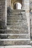 Konkret trappuppgång för ingång av en forntida spansk kyrka royaltyfri bild