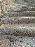 Konkret trappuppgång med betongväggen utanför byggnaden arkivbilder