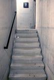Konkret trappuppgång och trappa som uppåt leder till det andra golvet arkivbilder
