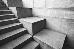 Konkret trappuppgång som abstrakt arkitektonisk bakgrund Arkivbild