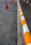 Konkret trottoar med guling och vit Arkivbild
