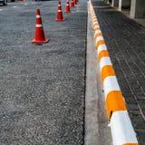 Konkret trottoar med guling och vit Arkivfoto