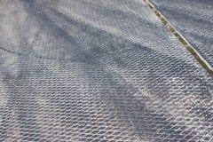 Konkreta betonplattaräkningar på flygfältet med rubber spår som lämnas av sportbilgummihjul under att driva konkurrenser Royaltyfria Foton