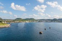Konkreta förtöja plattformar i det blåa havet arkivfoto