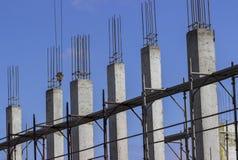 Konkreta kolonner på konstruktion royaltyfria foton