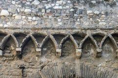 Konkreta modeller på en antik tegelstenvägg royaltyfria bilder
