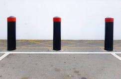 Konkreta säkerhetspollare, medelkraschbarriärer i en parkeringsplats arkivfoton