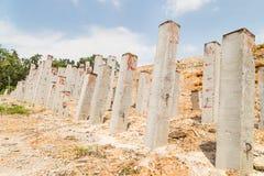 Konkreta trava stänger dunkade in i jordning på konstruktionsplatsen Arkivbilder