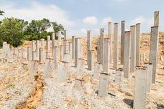 Konkreta trava stänger dunkade in i jordning på konstruktionsplatsen Arkivbild