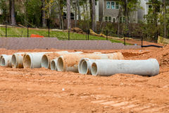 Konkrete Abwasserrohre an der Baustelle Stockfotos