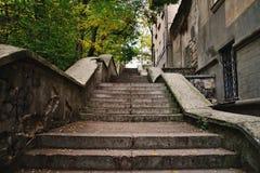 Konkrete alte Schritte in der Stadt Stockbilder