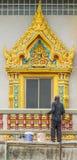 konkrete Arbeitskraft des Gipsers am Balkon des Tempelbaus Lizenzfreies Stockfoto