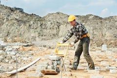 Konkrete Arbeitskraftarbeit mit Winkel- des Leistungshebelsverdichtungsgerät Lizenzfreie Stockfotografie