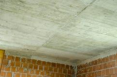 Konkrete Decke in einem Haus im Bau Stockbilder