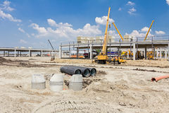 Konkrete Entwässerungseinsteigelöcher werden auf buildin zusammengebaut und ausgerichtet Stockfotografie