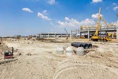 Konkrete Entwässerungseinsteigelöcher werden auf buildin zusammengebaut und ausgerichtet Lizenzfreies Stockfoto