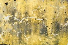 Konkrete gelbe und graue alte verfallene alte flache Steinwandbeschaffenheit mit Adern, Scheidungen, Mustern, Sprüngen, Poren und Lizenzfreie Stockfotografie