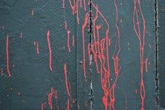 Konkrete graue Wand, Flecke des roten Scharlachrots der Farbe, Graffiti Lizenzfreies Stockbild